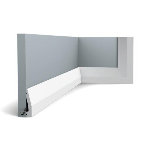Cette simple plinthe dispose d'un petit angle et s'adapte à n'importe quel intérieur.