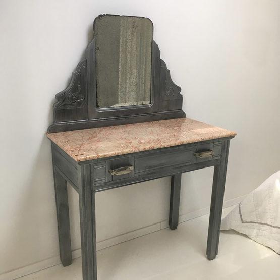 Relooking anciens meubles : armoire en chêne, chevet en noyer avec plateau en marbre, coiffeuse ancienne en noyer et miroir, table basse en chêne. Réalisations pour une cliente à Pérols (34)